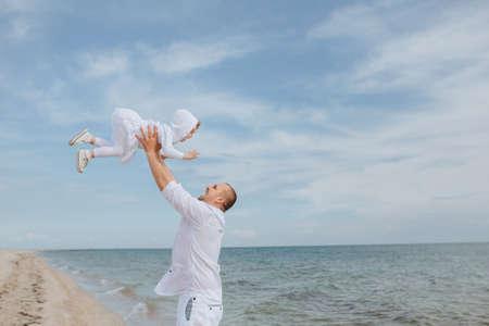 vómito: Papá vomitó hija y la atrapa en la playa. vacaciones de verano de la familia