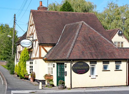 LAPWORTH,WEST MIDLANDS,ENGLAND - SEPT 25TH 2010: The Navigation Pub, a typical canal side pub serving refreshments and food. 스톡 콘텐츠 - 124999398