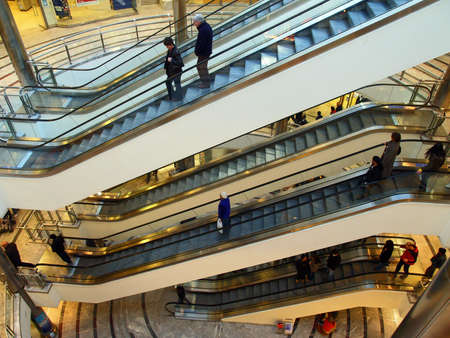 multilevel: Multi-livello scale mobili di un centro commerciale  Archivio Fotografico