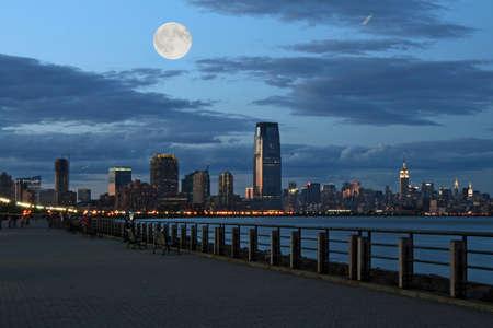 Die Skyline von New York City aus dem Liberty State Park Standard-Bild - 1669008