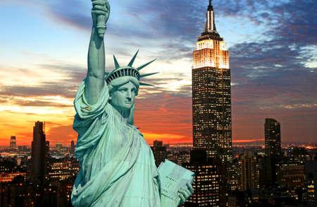 暗闇の中で自由の女神像、ニューヨーク市のスカイライン