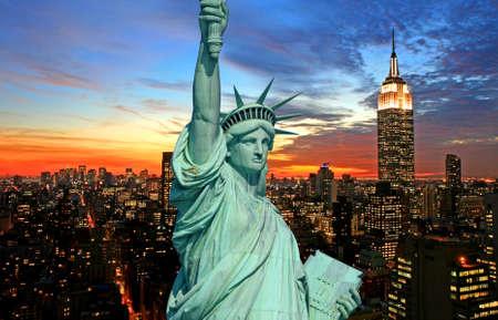 lady liberty: La Estatua de la Libertad y la ciudad de Nueva York en el oscuro horizonte