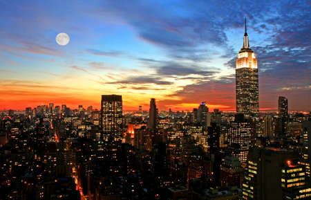 old times: La ciudad de Nueva York en el centro horizonte oscuro  Foto de archivo