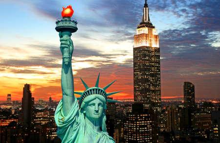 imperium: De Statue of Liberty en New York City skyline in donker