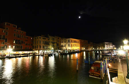 italien: The scenery along the Grand Canal in Venice Italy at night