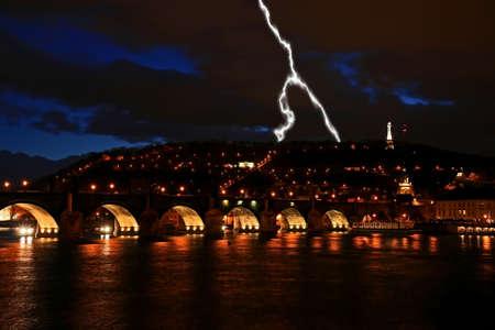 夜ヴルタヴァ川に沿って歴史的なカレル橋