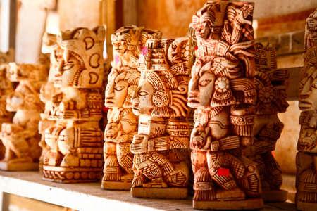 maya: Estatuas de M�xico en una tienda de recuerdos mayas