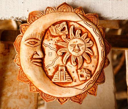 maya: Decoraci�n mexicana placas mayas en una tienda de recuerdos