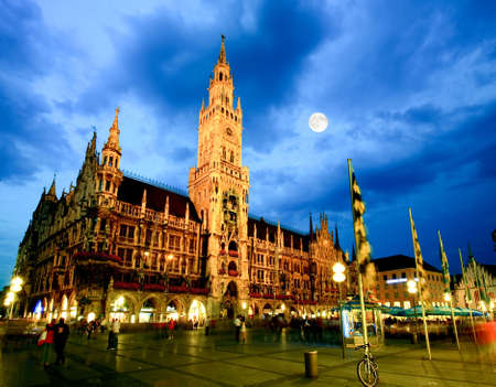 historical landmark: The night scene of town hall at the Marienplatz in Munich