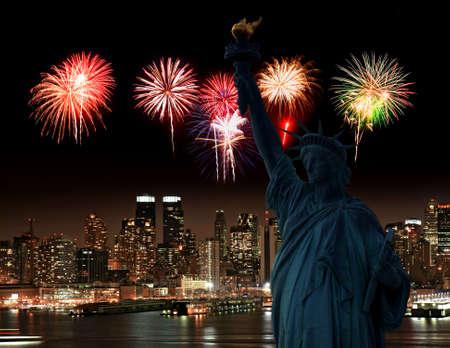 The Statue of Liberty and Manhattan Skyline, USA 免版税图像