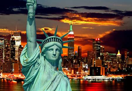배경으로 자유의 여신상과 뉴욕시의 스카이 라인 스톡 콘텐츠
