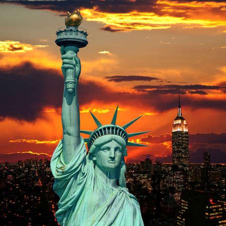 lady liberty: La Estatua de la Libertad y el horizonte de la ciudad de Nueva York como fondo de