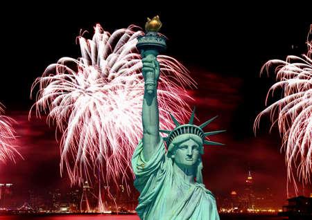La statue de la liberté et le 4e de juillet fireworks dans NYC  Banque d'images