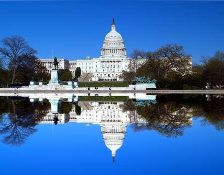 El edificio del Capitolio en Washington d.c. con la reflexión simétrico