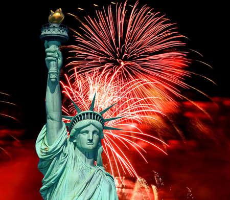 lady liberty: La estatua de la libertad y el 4 de julio fuegos artificiales  Foto de archivo