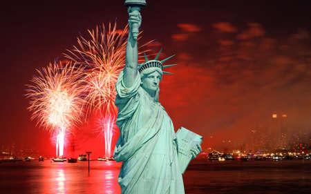 Las estatua de la libertad y el 4 de julio de fuegos artificiales sobre el río Hudson