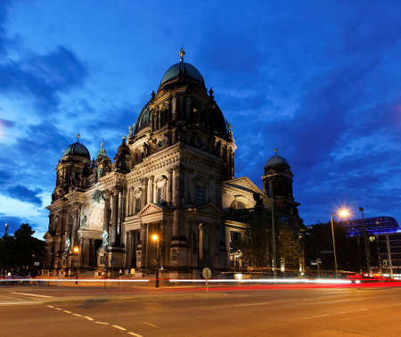 dom: le Dom de la Berliner dans la nuit � Berlin en Allemagne