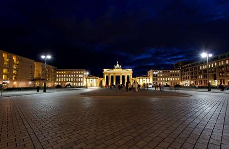BRANDENBURG GATE in der Nacht in Berlin Deutschland Standard-Bild - 7341993