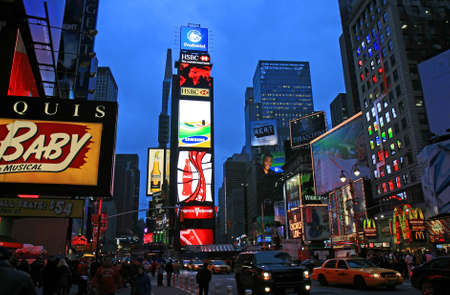 broadway: Das Times Square in New York City bei Nacht Editorial