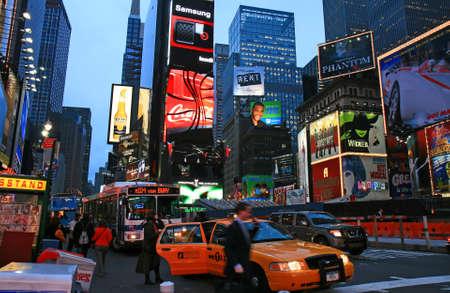 夜にニューヨーク市のタイムズスクエア 報道画像