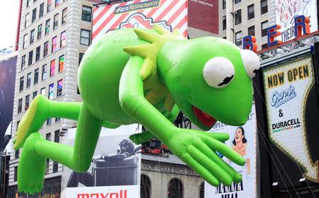 macys: MANHATTAN - 26 novembre: Kermit il passaggio del palloncino rana Times Square a Thanksgiving Day Parade di Macy 26 novembre 2009 a Manhattan.