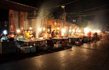 straat feest: PHOENIX TOWN CHINA - AUGEST 6, 2009 - de nachtelijke BBQ-voedsel markt trok veel toeristen in de vier aantrekkelijkste kleine steden in China