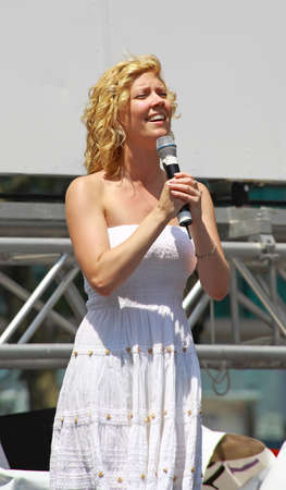 xanadu: NEW YORK - AUGUST 7: Patti Murin performed Xanadu at The Broadway in Bryant Park in NYC - a free public event on August 7, 2008