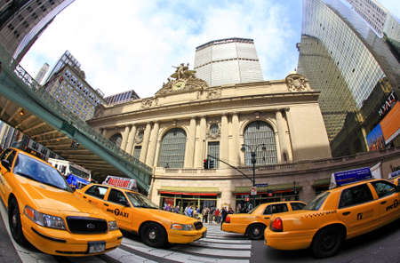 New York City, April 17, 2009: commuters and tourists rushing in front of the grand central station during the Friday afternoon rushhour (a fisheye view) Stock Photo - 7405666