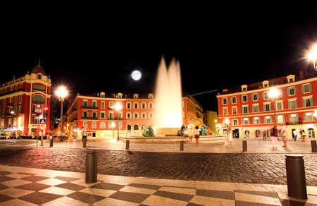 bella: La Piazza Massena durante la notte a Nizza Francia