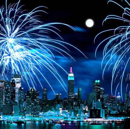 skyline nyc: Las ciudad de Nueva York skyline y vacaciones fuegos artificiales