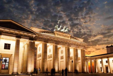 Branden burger Tor bij zons ondergang in Berlijn Duitsland