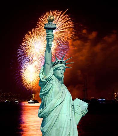 Het Vrijheidsbeeld en 4 juli vuurwerk over rivier de Hudson