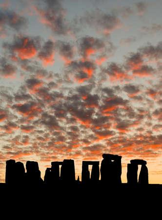 Het silhouet van Stonehenge in Verenigd Konink rijk onder de zons opgang achtergrond