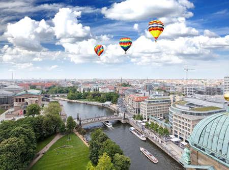 Luchtfoto van Berlijn vanaf de bovenkant van de Berliner Dom   Stockfoto