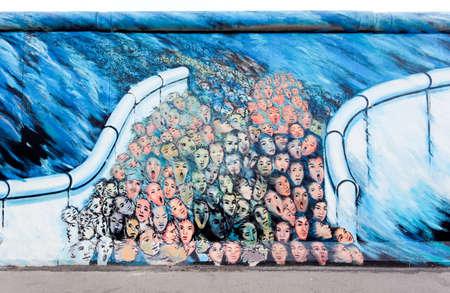 Berlijn - 29 mei: The East Side Gallery - de grootste outdoor kunstgalerie in de wereld op een segment van de Berlijnse muur, 29 mei 2010 in Berlijn. Stockfoto - 7839957