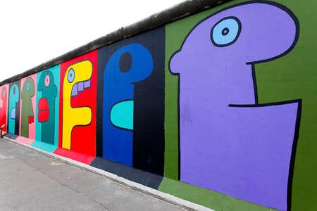 BERLIN - Mai 29: Die East Side Gallery - die größte outdoor Kunstgalerie in der Welt auf ein Segment der Berliner Mauer 29 Mai 2010 in Berlin. Standard-Bild - 7839963