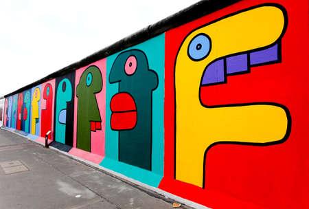 BERLIN - Mai 29: The East Side Gallery - die größte outdoor Kunstgalerie in der Welt auf ein Segment der Berliner Mauer May 29, 2010 in Berlin.  Standard-Bild - 7798071