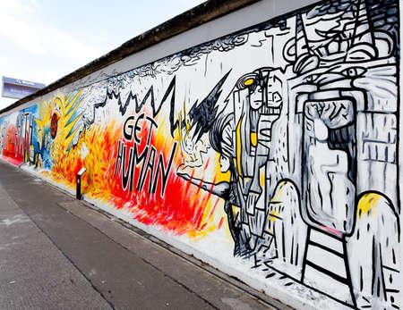 Berlijn - 29 mei: The East Side Gallery - de grootste outdoor kunstgalerie in de wereld op een segment van de Berlijnse muur, 29 mei 2010 in Berlijn. Redactioneel