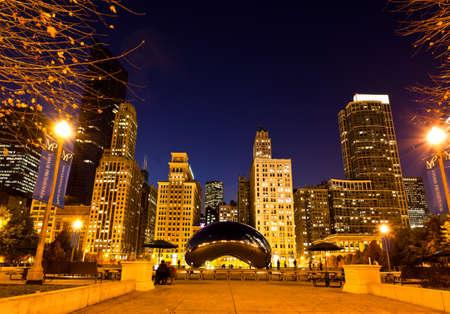 CHICAGO - 15 NOV: Millennium Plaza in Downtown, Chicago 15 Nov, 2010.The geweldige nacht weergave van het licht en de reflectie van de Skyline van Chicago