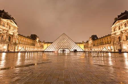 piramide humana: PARIS - el 7 de diciembre: El Museo de Louvre en la lluviosa noche el 7 de diciembre de 2010 en París Francia
