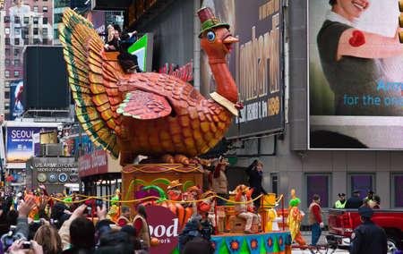 MANHATTAN - NOVEMBER 25: cartoon karakter ballon passeren Times Square op de Macy's Thanksgiving Day Parade 25 november 2010 in Manhattan. Redactioneel