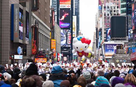 macys: MANHATTAN - 25 novembre: Hello Kitty carattere palloncino passando Times Square presso Thanksgiving Day Parade del Macy 25 novembre 2010 a Manhattan.