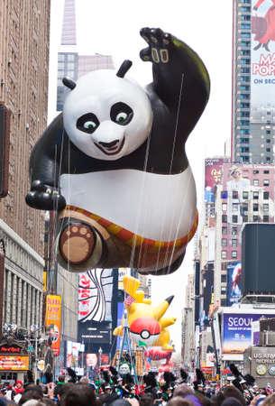 macys: MANHATTAN - 25 novembre: Gong Fu Panda fumetto carattere palloncino passando Times Square presso Thanksgiving Day Parade del Macy 25 novembre 2010 a Manhattan. Editoriali