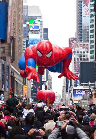 macys: MANHATTAN - 25 novembre: Spider Man carattere palloncino passando Times Square presso Thanksgiving Day Parade del Macy 25 novembre 2010 a Manhattan. Editoriali