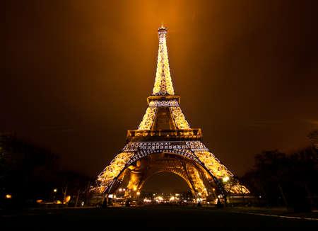 パリ, フランス - 12 月 2 日: 2010 年 12 月 2 日でパリ、フランスのエッフェル塔の儀式照明。エッフェル塔は、フランスの最も訪問された記念碑です。 報道画像
