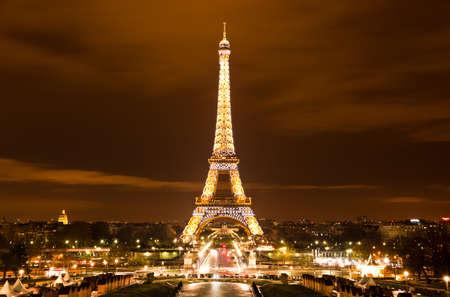 París, Francia - el 2 de diciembre: Iluminación Ceremonial de la Torre Eiffel en París, Francia, 2 de diciembre de 2010. La Torre Eiffel es el monumento más visitado de Francia.