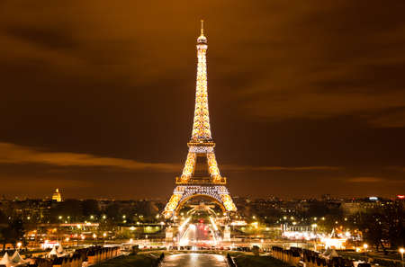 PARIS, FRANCE - DECEMBER 2: Ceremonial lighting of the Eiffel tower on  DECEMBER 2, 2010 in Paris, France. The Eiffel tower is the most visited monument of France. 新聞圖片