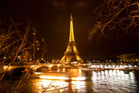 París, Francia - el 2 de diciembre: Iluminación Ceremonial de la Torre Eiffel en París, Francia, 2 de diciembre de 2010. La Torre Eiffel es el monumento más visitado de Francia. Foto de archivo - 9218295