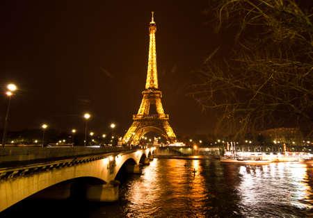 2010 년 12 월 2 일 프랑스 파리에서에서 에펠 타워의 파리, 프랑스 -12 월 2 일 : 의식 조명. 에펠 탑은 프랑스에서 가장 많이 방문한 기념물입니다. 에디토리얼