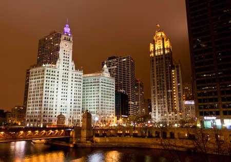 De hoogbouw langs Chicago River in de nacht
